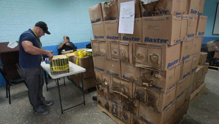 Cajas humedecidas fueron encontradas el Ministerio Público, durante una diligencia efectuada en el Hospital Infantil de Infectología. (Foto Prensa Libre: E. Paredes)