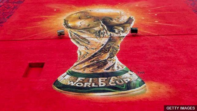 El trofeo de la Copa del Mundo de fútbol será entregado en la final del 15 de julio. (Foto Prensa Libre: BBC Mundo)