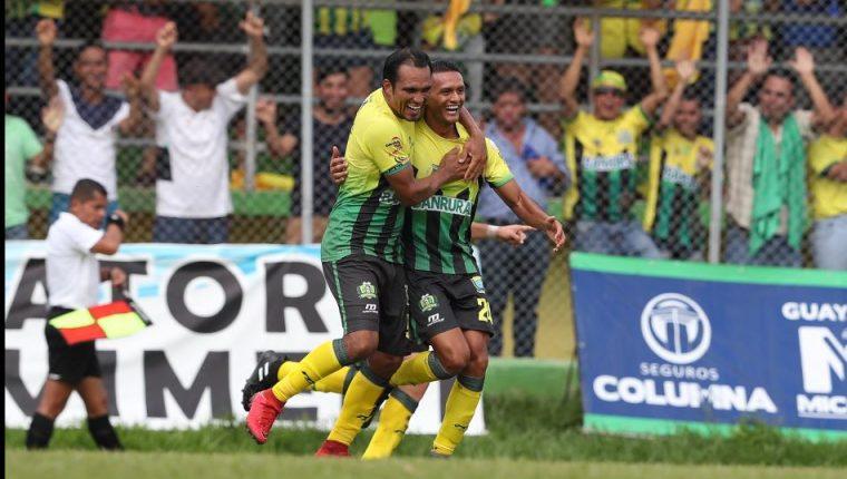 El delantero Ángel Rodríguez, quien anotó en la final de ida, y Jorge Vargas, quien celebró ayer, fueron los hombres claves de Guastatoya contra Xelajú MC. (Foto Prensa Libre: Francisco Sánchez)
