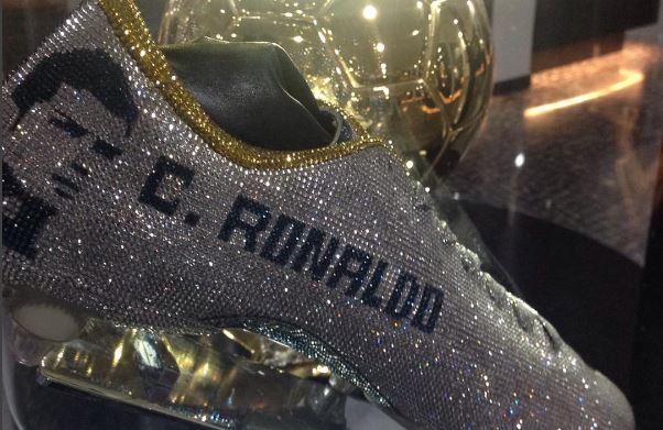 3b43a7206 La empresa T Daniel diseñó los zapatos con diamantes para Cristiano como un  regalo a la