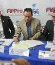 Cristian Álvarez, Carlos Figueroa y Luis Arboleda firman el convenio entre las instituciones. (Foto Prensa Libre: Gloria Cabrera)