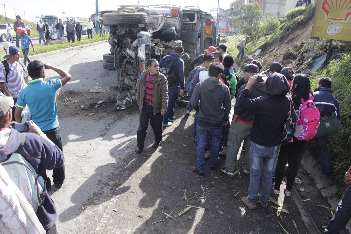 Pelea de pasaje provoca accidente de autobús