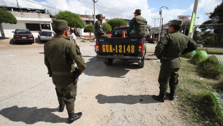 En la colonia Paraíso 2, zona 18 de la capital, un grupo de soldados y agentes de la Policía Nacional Civil efectuaron ayer el último recorrido de patrullaje conjunto. (Foto Prensa Libre: Paulo Raquec)