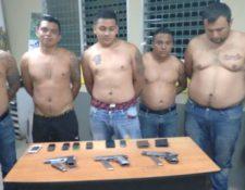 Los cinco hombres sindicados de robo aprehendidos en Quetzaltenango. (Foto Prensa Libre: PNC)