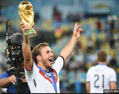 Mario Götze levanta exultante el trofeo de la Copa del Mundo que ayudó a ganar en Brasil 2014.
