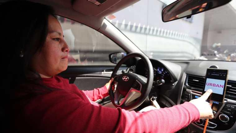 Urban Pink surgió de la comodidad que percibían las pasajeras de la empresa Urban al viajar con conductoras mujeres. (Foto Prensa Libre: Érick Ávila)