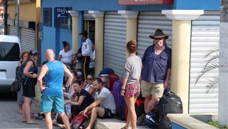 Este grupo de turistas europeos caminó 10 km para encontrar negocios donde vendieran agua fría, pero estaban cerrados o solo tenían agua al tiempo, la cual estaba caliente por el intenso calor. (Foto Prensa Libre: Dony Stewart)