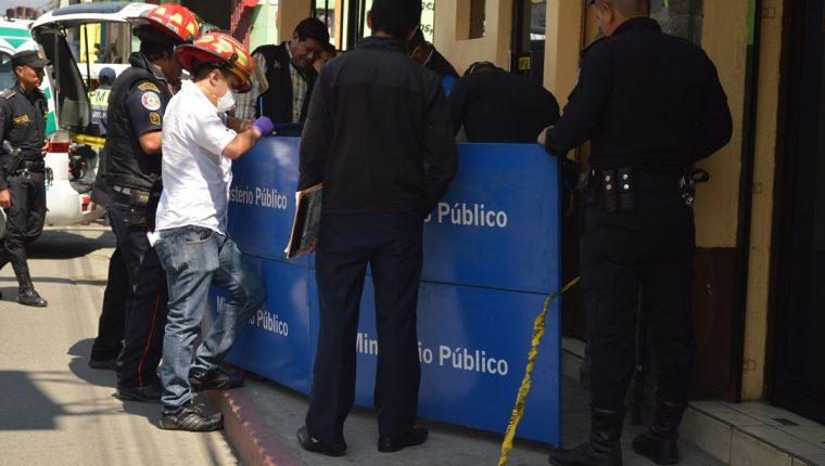 Agentes policiales recaban evidencias en la zona 2 de Totonicapán, donde localizaron el cadáver de un hombre. (Foto Prensa Libre: Édgar Domínguez)