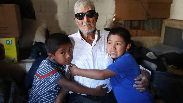 Ubaldo Villatoro —al centro—, junto a sus nietos, agradece el apoyo recibido de guatemaltecos, entidades y empresas. (Foto Prensa Libre: Esbin García)