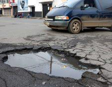 Baches afectan la movilidad de pobladores de Quetzaltenango. (Foto Prensa Libre: Carlos Ventura).