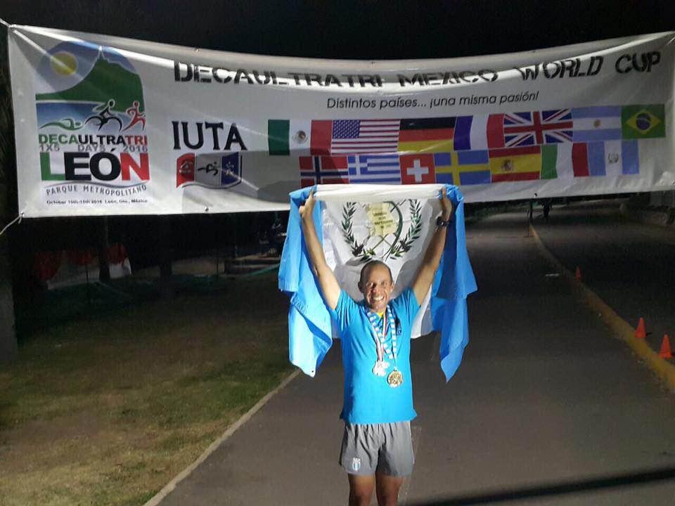 Sagastume luce la bandera de Guatemala, después de la competencia. (Foto Prensa Libre: Cortesía Juan Carlos Sagastume)