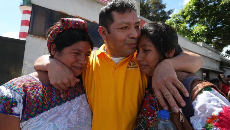 Luis Mejía, deportado que tenía 20 años de vivir en EE. UU. abraza a su esposa y su hija al salir de la Fuerza Aérea Guatemalteca. (Foto Prensa Libre: Estuardo Paredes)