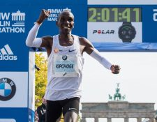 Eliud Kipchoge, de Kenia, festeja al ingresar a la meta en el maratón de Berlín. (Foto Prensa Libre: AFP).