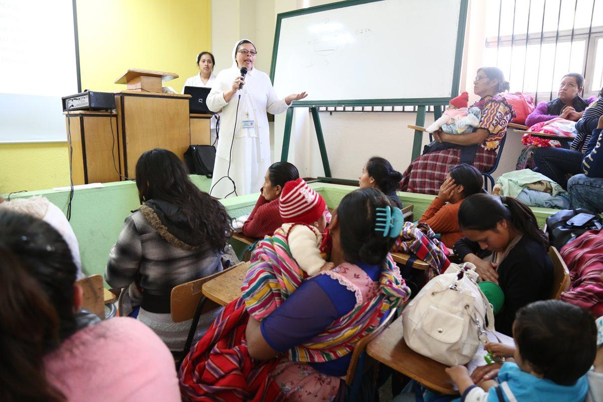 Pacientes escuchan con atención las instrucciones de una de las enfermeras del HRO de Xela. (Foto Prensa Libre: María José Longo)