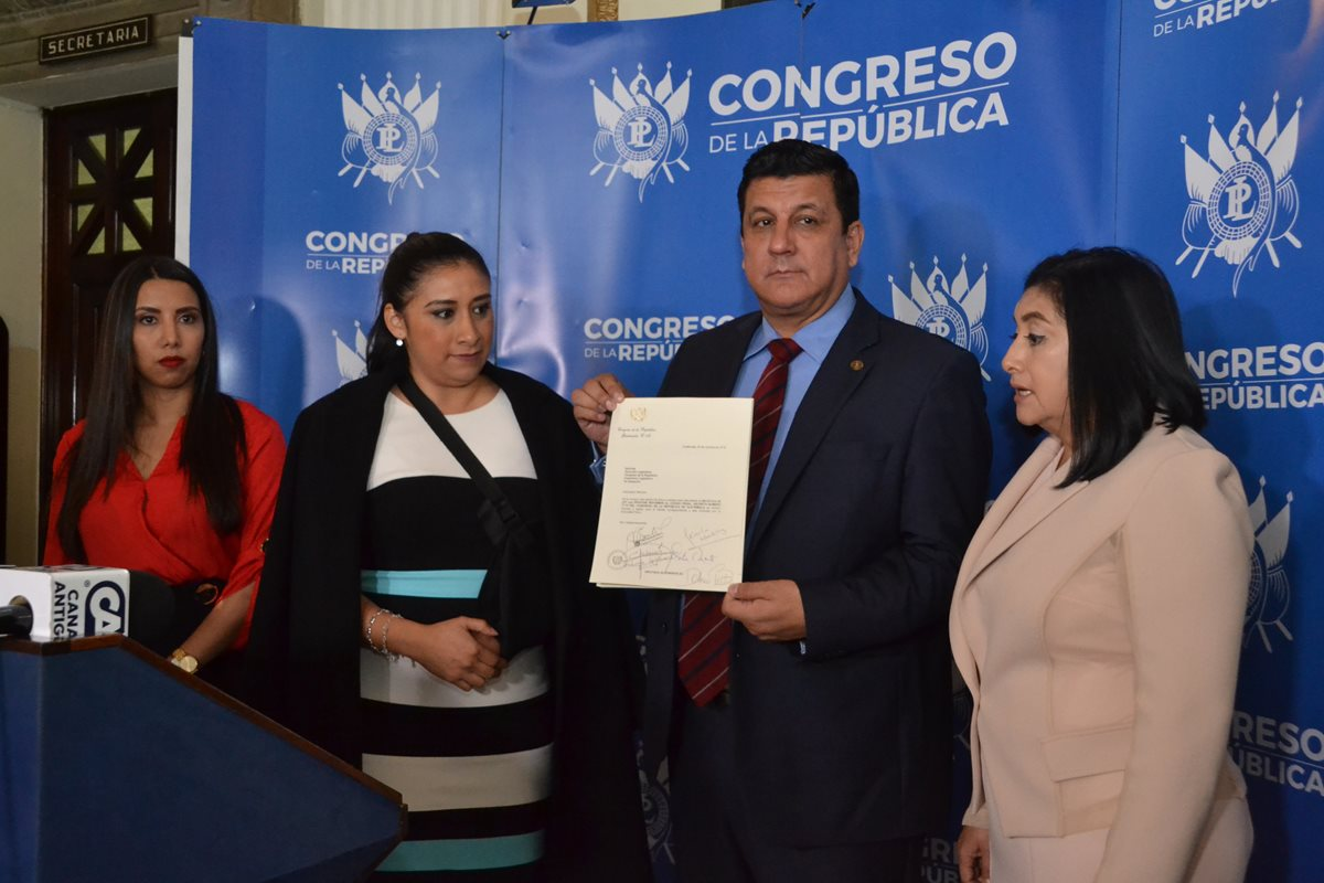 La iniciativa de ley presentada ayer que propone penas de cárcel para las personas que critiquen a los políticos causó rechazo entre los diputados. (Foto Prensa Libre: José Castro)