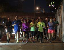 Los corredores se organizan para recorrer en grupo la ciudad. (Foto Prensa Libre: Álvaro Interiano).
