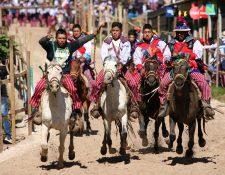 A todo galope jinetes montan en la Carrera de las Ánimas, Todos Santos Cuchumatán, Huehuetenango. (Foto Prensa Libre: Mike Castillo)