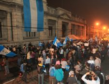 Guatemaltecos protestan frente al Congreso de la República para pedir la renuncia de los diputados. (Foto Prensa Libre: Esbin García)