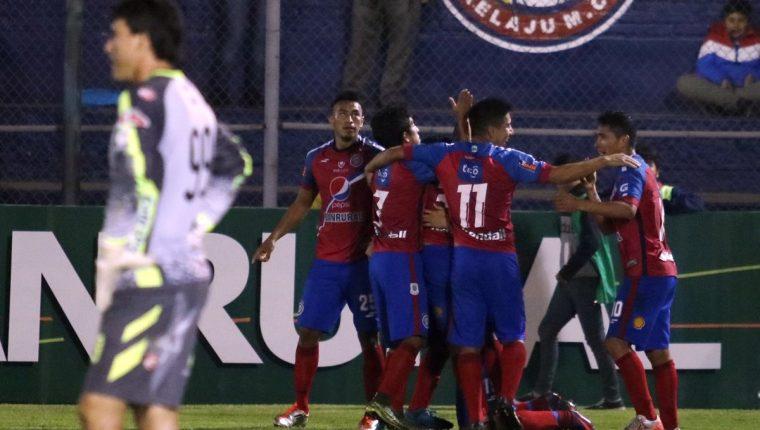 Los jugadores quetzaltecos festejan la tercera anotación. (Foto Prensa Libre: Carlos Ventura)