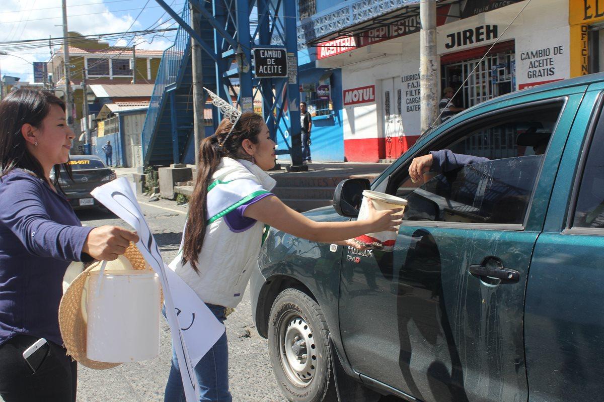 Reinas recaudan fondos para reparar calles de Xela