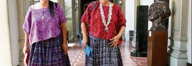 Estela Adelina Ventura (traje típico rojo), sale de la reunión con el Presidente de la República, en abril del 2016. (Foto Prensa Libre: Hemeroteca)