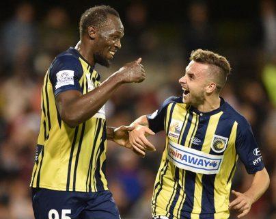 Usain Bolt, exvelocista olímpico, celebra junto Jordan Murray uno de sus goles en su carrera como futbolista. (Foto Prensa Libre: AFP).