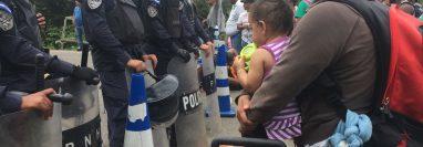 Jóvenes madres de Honduras siguen llegando a Guatemala, con el objetivo de llegar a Estados Unidos. (Foto Prensa Libre: Mario Morales)