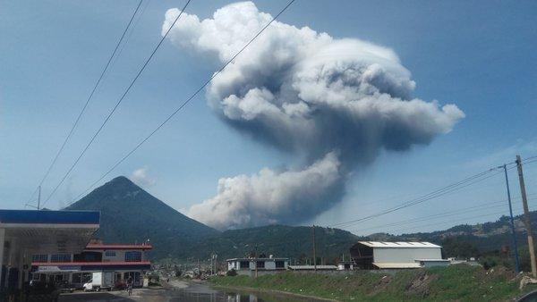 Explosión del Volcán Santiaguito se observa desde varios puntos en Xela. (Foto Prensa Libre: Carlos Ventura)