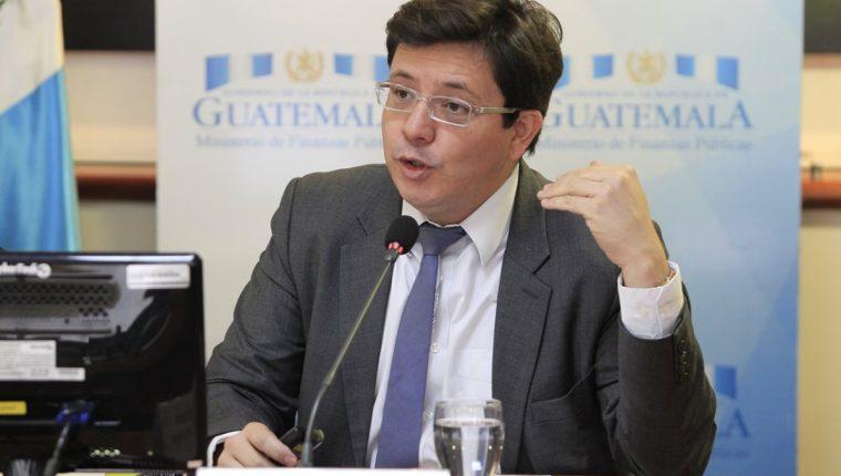 Julio Héctor Estrada, Ministro de Finanzas, habló ayer de las diferentes propuestas de los sectores que buscan exoneración o exención de impuestos. (Foto, Prensa Libre: Carlos Hernández)