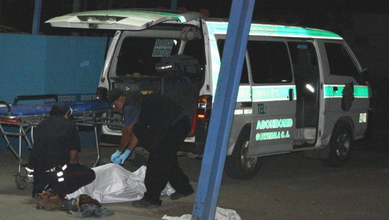 Personal del Ministerio Público examinan cadáver de un hombre que murió en San Agustín Acasaguastlán. (Foto Prensa Libre: Héctor Contreras)