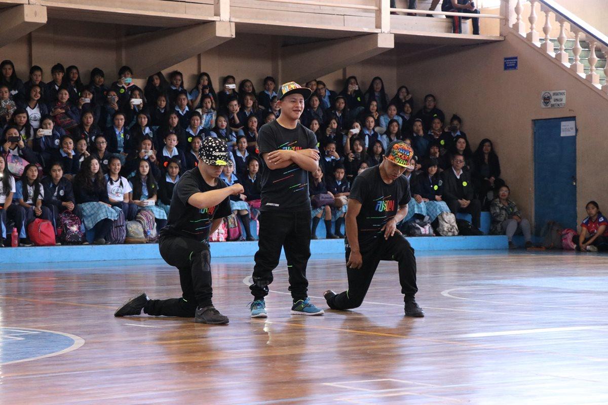 Tres jóvenes con síndrome de Down bailaron hip hop en el estadio de Quetzaltenango, frente a estudiantes de básicos. (Foto Prensa Libre: María José Longo).