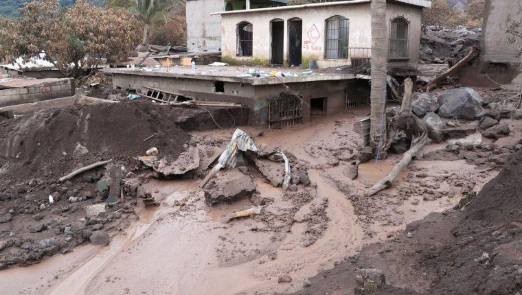 Casas semi enterradas se observan en San Miguel Los Lotes. (Foto Prensa Libre: Enrique Paredes)