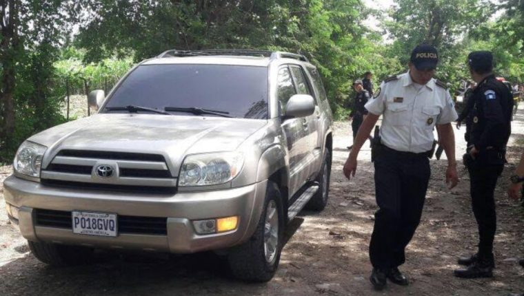 Agentes de la PNC recaban evidencias en el lugar del doble crimen, en Zacapa. (Foto Prensa Libre: Mario Morales)