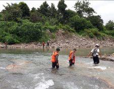 La Brigada de Operaciones para Montaña, los Bomberos Voluntarios y vecinos buscan a un niño de 11 años que fue arrastrado por el río Petacalapa, en El Naranjo, Malacatán, San Marcos. (Foto Prensa Libre: Cortesía Ejército de Guatemala)