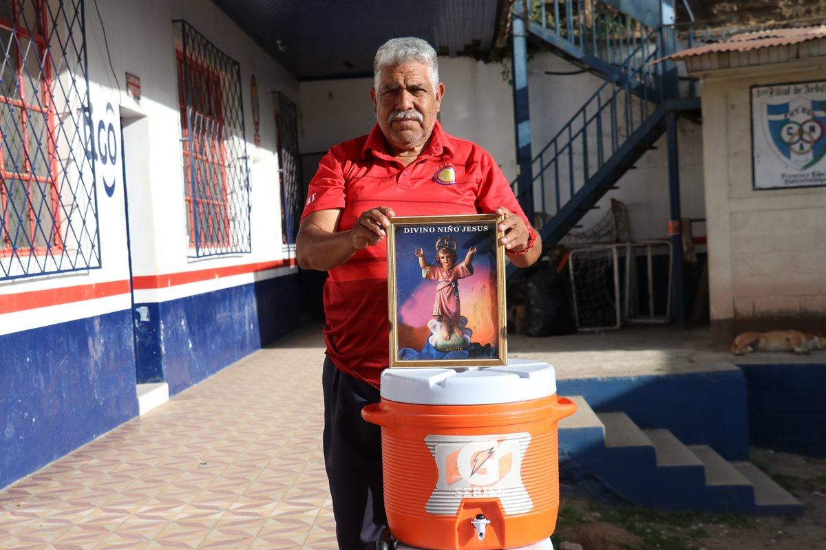 La pasión por el Xelajú de William Oroxom, utilero del equipo por más de 40 años, es tan grande como su devoción por el Divino Niño Jesús (Foto Prensa Libre: Raúl Juárez)