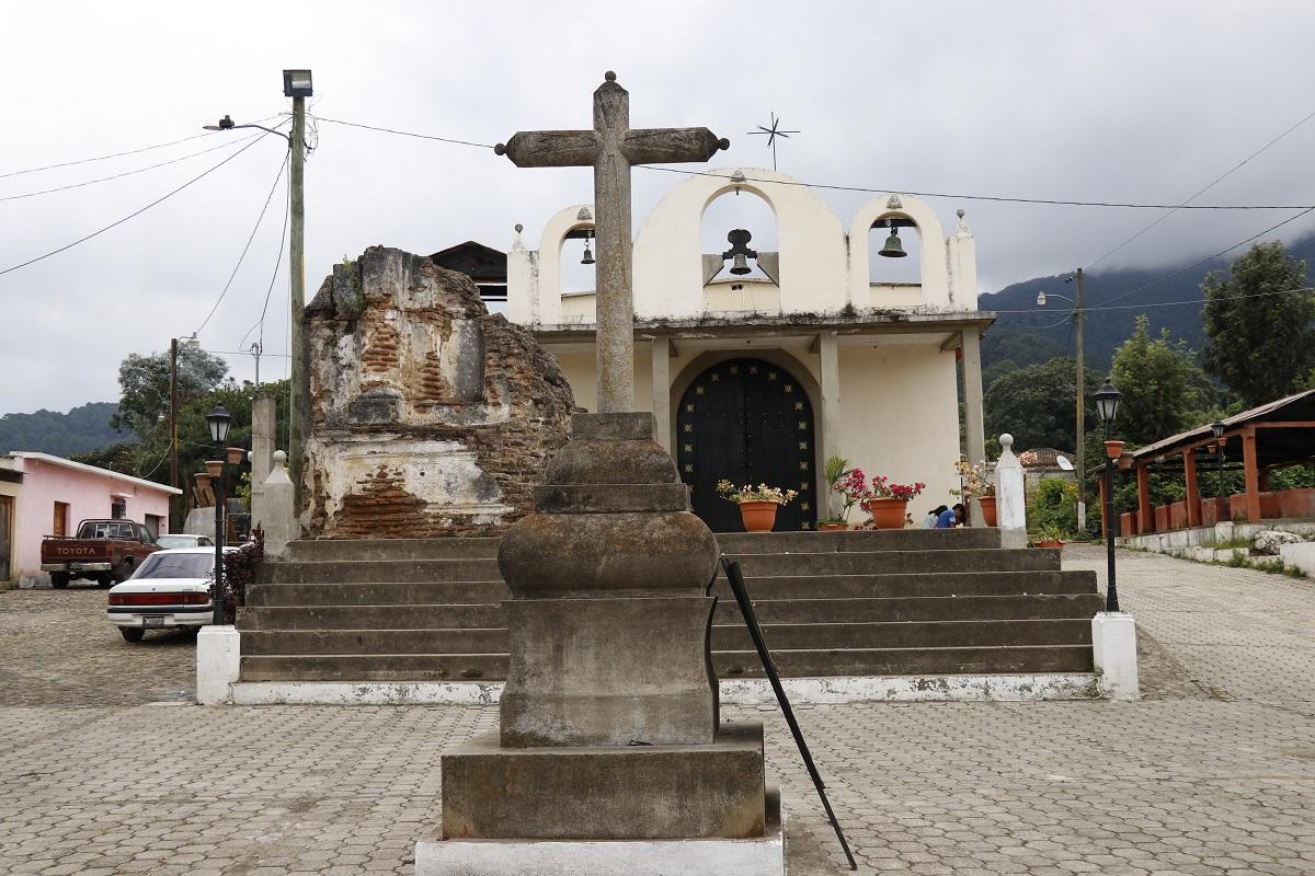 Un muro colonial muestra el pasado del templo católico de San Cristóbal el Alto. (Foto Prensa Libre: Nery Gálvez)