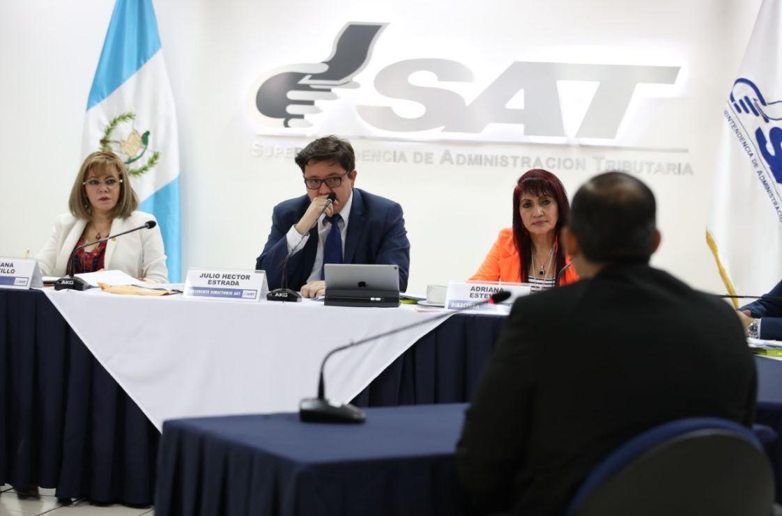 Integrantes del directorio de la SAT escuchan respuestas de los candidatos a Superintendente de Administración Tributaria. (Foto Prensa Libre: Paulo Raquec)