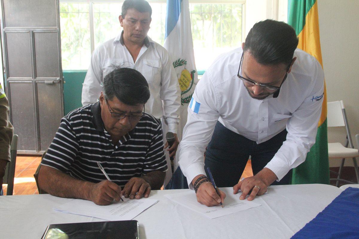 Firman convenio para regularizar conexiones eléctricas ilegales en Nahualá