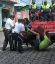 Vendedor se aferra a su mercadería cuando autoridades municipales intentan retirarla de la calle en la zona 1 de Coatepeque, Quetzaltenango. (Foto Prensa Libre: Alexander Coyoy)