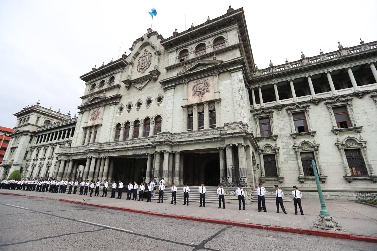 La administración pública es reprobada por más de la mitad de la población según datos de Encuesta Libre. (Foto Prensa Libre: Érick Ávila)