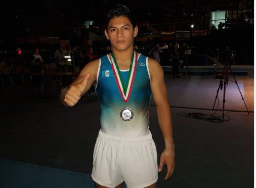 Jorge Vega muestra con orgullo la medalla de plata que ganó en la Copa del Mundo Challenge de la FIG. (Foto Prensa Libre: Twitter Jorge Vega)