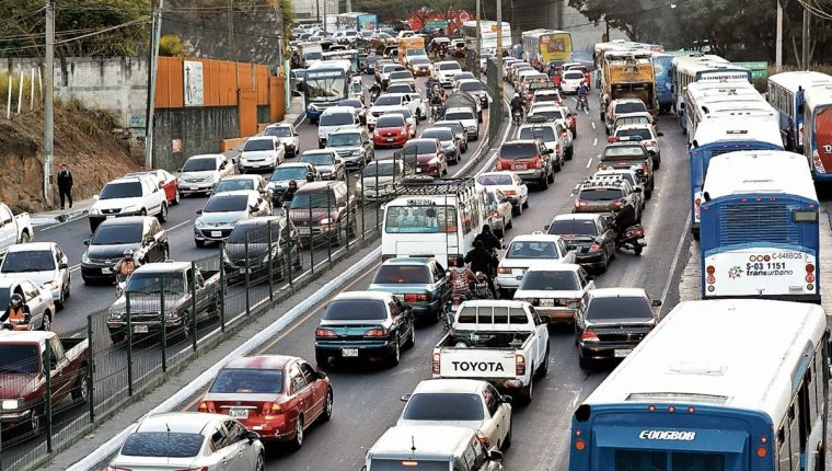 El tránsito vehicular se incrementa durante las fiestas de fin de año, por lo que las autoridades recomiendan conducir con precaución para evitar multas (Foto Prensa Libre: Hemeroteca)