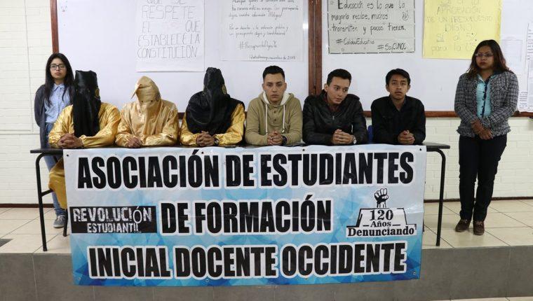 Jóvenes de Quetzaltenango exigen un incremento presupuestario para la Usac. (Foto Prensa Libre: María Longo)