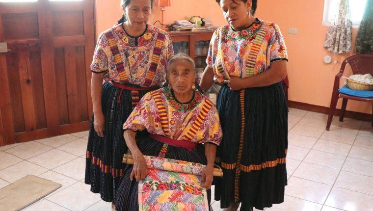 Nicolasa Pretzancín, de 91 años, junto a sus hijas Julieta y Esther Canastuj, a quienes enseñó a tejer. (Foto Prensa Libre: María José Longo).