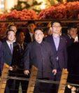 Kim Jong-un (c) camina junto a su comitiva durante una visita al puente Jubilee en la Esplanada de Singapur. (Foto Prensa Libre:AFP).