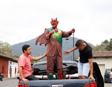 Integrantes de la Escuela Altarera de Jocotenango, Sacatepéquez, trasladan la efigie del diablo ecológico al barrio de La Concepción. (Foto Prensa Libre: Julio Sicán)