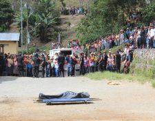 Alta Verapaz fue el centro de 63 masacres en la década de 1980. En los últimos 11 años acumula 174 linchamientos, como el de Julio Siquil Xiloj, en 2012, que fue quemado por una turba de vecinos de Tac Tic, señalado de matar a machetazos a dos niños en la escuela local. (Foto Prensa Libre: Hemeroteca PL)