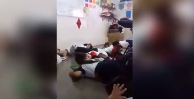 Maestra logra con cantos mantener en el piso a estudiantes durante balacera en México. (Captura de Youtube)