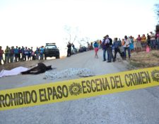 En un camino de Huité, Zacapa, quedaron los cadáveres de dos agricultores sorprendidos por sicarios. (Foto Prensa Libre: Víctor Gómez)