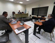El alcalde de Quetzaltenango, Luis Grijalva, escucha a su abogado que expone al juez pesquisidor, Óscar Alvarado, los argumentos de descargo. (Foto Prensa Libre: Mynor Toc)